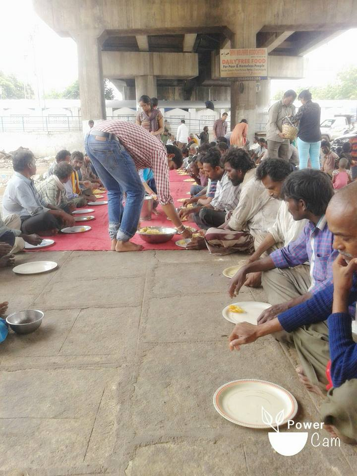 Helping Azhar Maqsusi, who provides daily free food at Dabeerpura flyover, 22 Aug 2015.