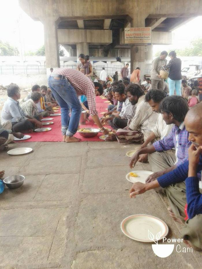 Helping Azhar Maqsusi, who provides daily free food at Dabeerpura flyover, 22 Aug 2015.